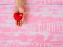 Concept de Valentine, de santé, de médecine et de charité coeur sur le vieillissement Image libre de droits