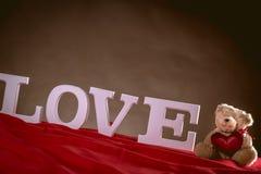 Concept de Valentine sur la table en bois avec les lettres blanches Photographie stock