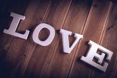 Concept de Valentine sur la table en bois avec les lettres blanches Photographie stock libre de droits