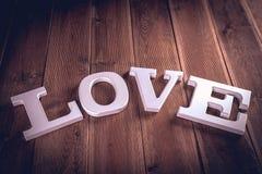 Concept de Valentine sur la table en bois avec les lettres blanches Image stock