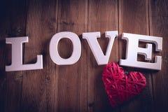 Concept de Valentine sur la table en bois avec les lettres blanches Images stock