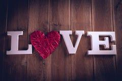 Concept de Valentine sur la table en bois avec les lettres blanches Photo stock