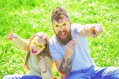 Concept de vedette du rock La famille dépensent des loisirs dehors Enfant et papa posant avec l'attribut en forme d'étoile de cab images libres de droits