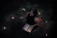 Concept de Veille de la toussaint Sorcière dans le noir Dans le witchy photographie stock
