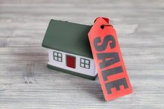 Concept de vendre la maison sur le fond en bois Photo libre de droits