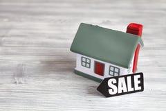 Concept de vendre la maison sur le fond en bois Photo stock