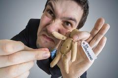 Concept de vengeance Jeune homme et poupée de vaudou avec le label d'Ex-amie Images libres de droits