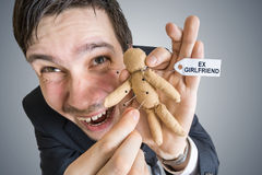 Concept de vengeance Jeune homme et poupée de vaudou avec le label d'Ex-amie Photo stock