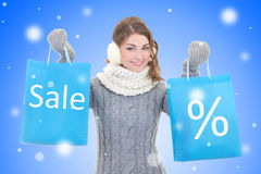 Concept de vente - belle femme avec des paniers au-dessus de chri de neige Photo stock