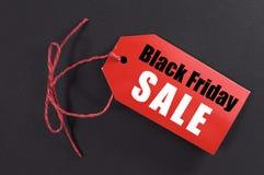 Concept de vente d'achats de Black Friday avec l'étiquette rouge de vente de billet Images libres de droits