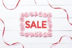 Concept de vente dans le cadre fait en roses et ruban rouge Photo libre de droits