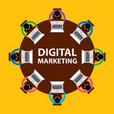 Concept de vente, de travail d'équipe et de séance de réflexion de Digital avec des hommes d'affaires asseyant autour de la table Photos libres de droits