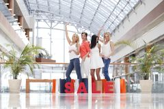 Concept de vente - main avec la loupe Image libre de droits