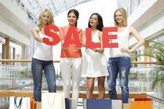 Concept de vente - main avec la loupe Images stock