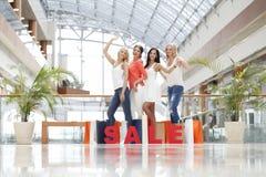 Concept de vente - main avec la loupe Image stock