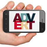 Concept de vente : Main tenant Smartphone avec l'annonce sur l'affichage Photographie stock libre de droits
