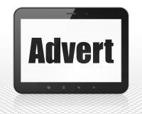 Concept de vente : Ordinateur de PC de Tablette avec l'annonce sur l'affichage Photos stock