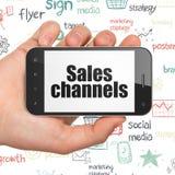 Concept de vente : Remettez tenir Smartphone avec des canaux de ventes sur l'affichage illustration stock