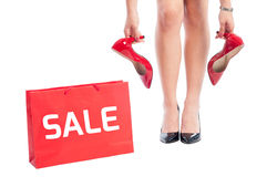 Concept de vente utilisant le panier et la femme tenant des chaussures Images stock