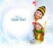 Concept de ventes. Adolescentes de l'hiver jetant un coup d'oeil de b Photo stock