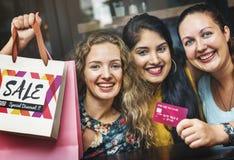 Concept de ventes d'été de Shopaholics d'amies de femmes Photo libre de droits