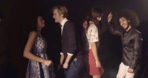 Concept de vie nocturne, les jeunes de sourire souriant et dansant banque de vidéos