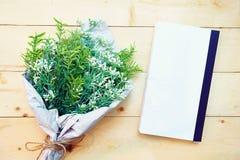 Concept de vintage, image de vue supérieure des pages vides avec le bouquet de fleur sur le fond en bois Photographie stock libre de droits