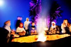 Concept de voyage autour du monde Bédouins dans le désert, feu dans le camp de nomade Désert de Zagora photographie stock