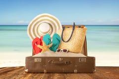 Concept de voyage avec la vieille valise sur les planches en bois Photos stock