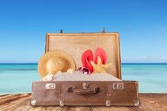 Concept de voyage avec la vieille valise sur les planches en bois Image stock
