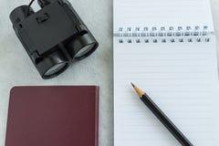 Concept de voyage avec le crayon sur la note de papier avec des jumelles et le pas Images libres de droits