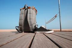Concept de voyage d'été Le sac à dos et les espadrilles sont sur le bureau en bois près de la plage et de la mer Ciel et soleil c Photographie stock