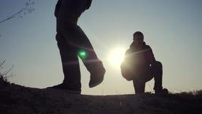 Concept de voyage d'affaires de travail d'?quipe Les jambes silhouettent des randonneurs de groupe des personnes marchant sur le  banque de vidéos