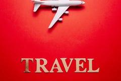 Concept de voyage d'avion, art minimal, sur le fond rouge images stock