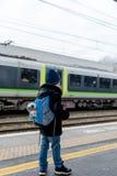 Concept de voyage de garçon sur la plate-forme de station de train Photo stock