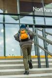 Concept de voyage de garçon sur la station de train Photo libre de droits