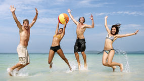 Concept de voyage de vacances d'été d'amis de ballon de plage image libre de droits