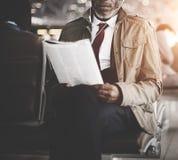 Concept de voyage de Waiting Station Reading d'homme d'affaires photo libre de droits