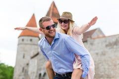 Concept de voyage - deux touristes drôles dans l'amour marchant dans la vieille ville Photos libres de droits
