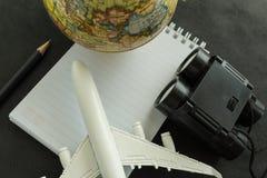 Concept de voyage du monde avec l'avion de jouet, et les jumelles sur le blanc Photographie stock