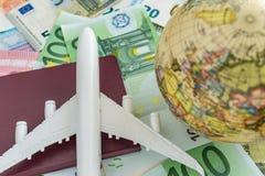 Concept de voyage du monde et de l'Europe comme avion de jouet sur le passeport, glo Photo libre de droits
