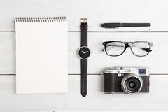 concept de voyage - ensemble d'appareil-photo, de bloc-notes, de montre, de verres et de stylo photographie stock libre de droits