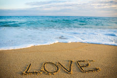 Concept de voyage - exprimez l'amour écrit en sable sur la plage Photo libre de droits