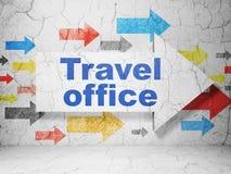 Concept de voyage : flèche avec le bureau de voyage sur le fond grunge de mur Photographie stock