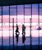 Concept de voyage, les gens dans l'aéroport Images stock