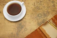 Concept de voyage ou d'aventure avec la disposition sur la vieille carte images libres de droits