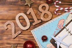 Concept de voyage sur la table en bois Décorations, carte et OE de Noël Photographie stock libre de droits