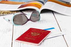 Concept de voyage sur le fond de carte plannig de voyage vue supérieure des accessoires du ` s de voyageur et de l'espace de copi Images libres de droits