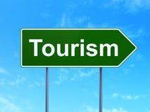 Concept de voyage : Tourisme sur le fond de panneau routier Photos stock