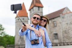 Concept de voyage - touristes heureux prenant la photo avec le téléphone intelligent Photo stock
